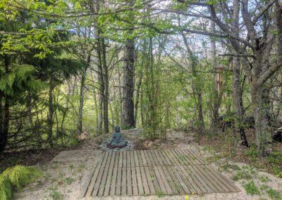 espace de méditation en extérieur avec une statue de bouddha