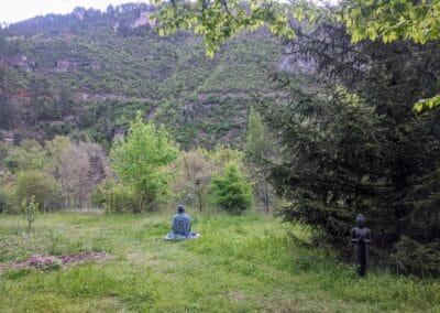 méditation matinale en extérieur face à la montagne