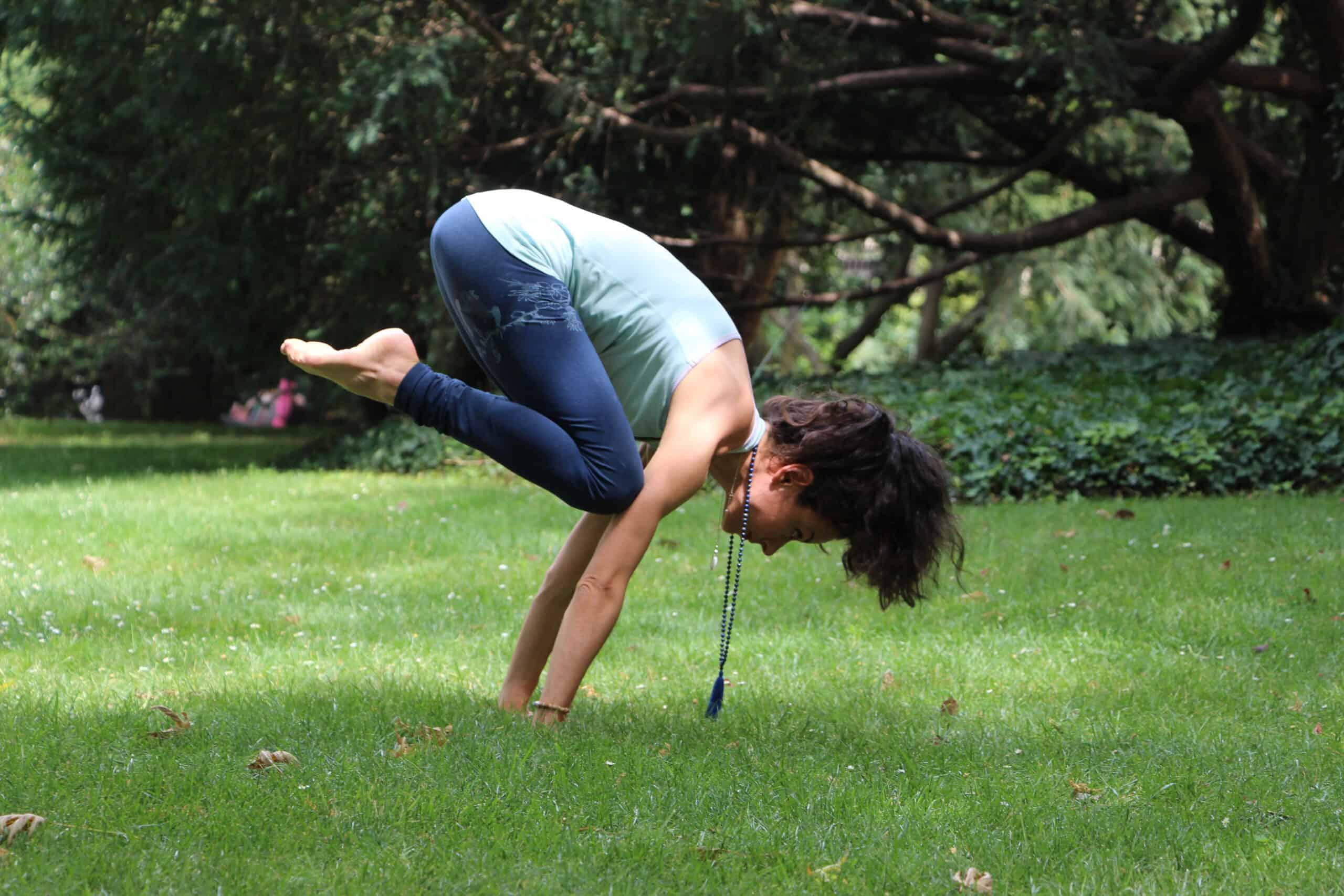 olivia charpentier en bakasana posture de la première série d'Ashtanga Yoga