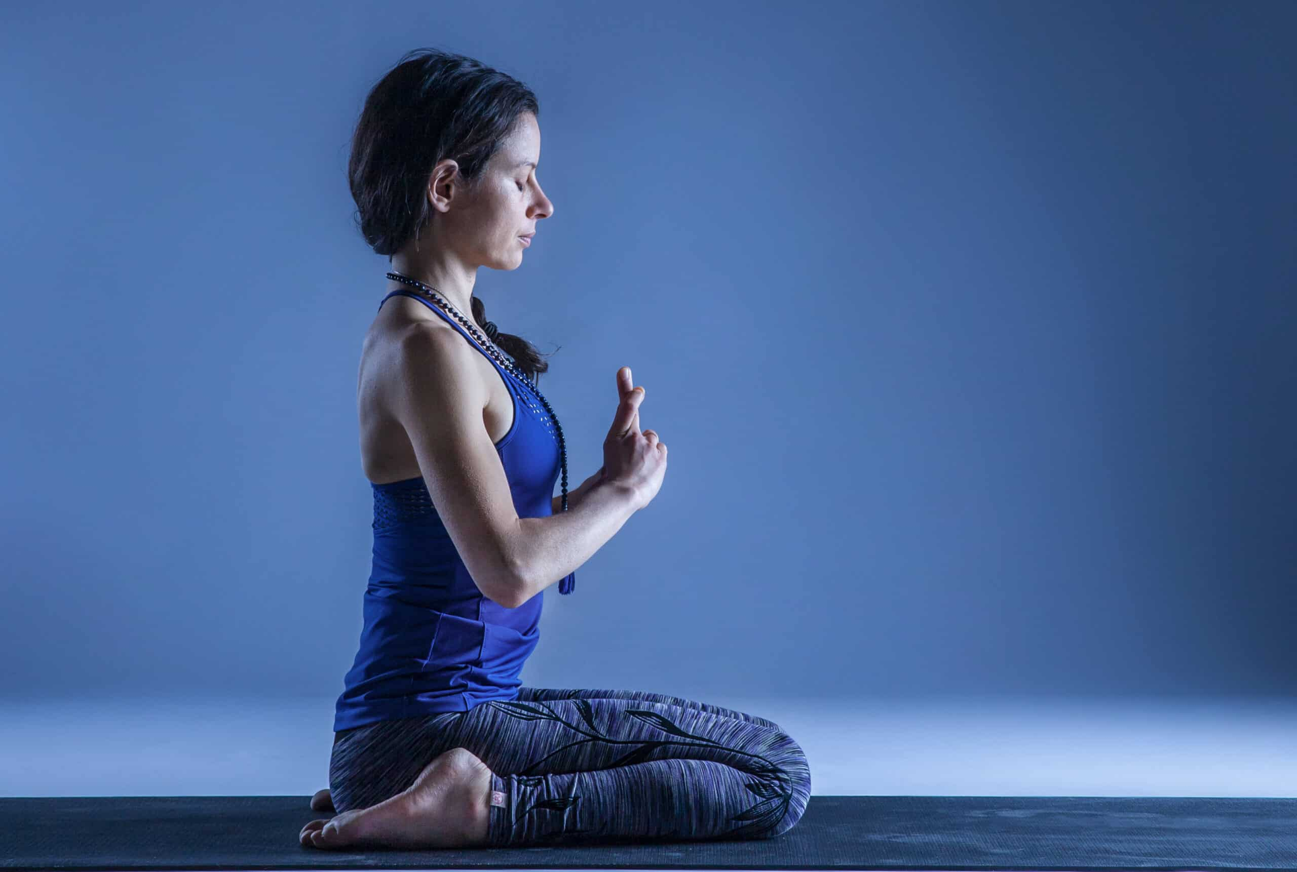 Olivia Charpentier en posture de virasana