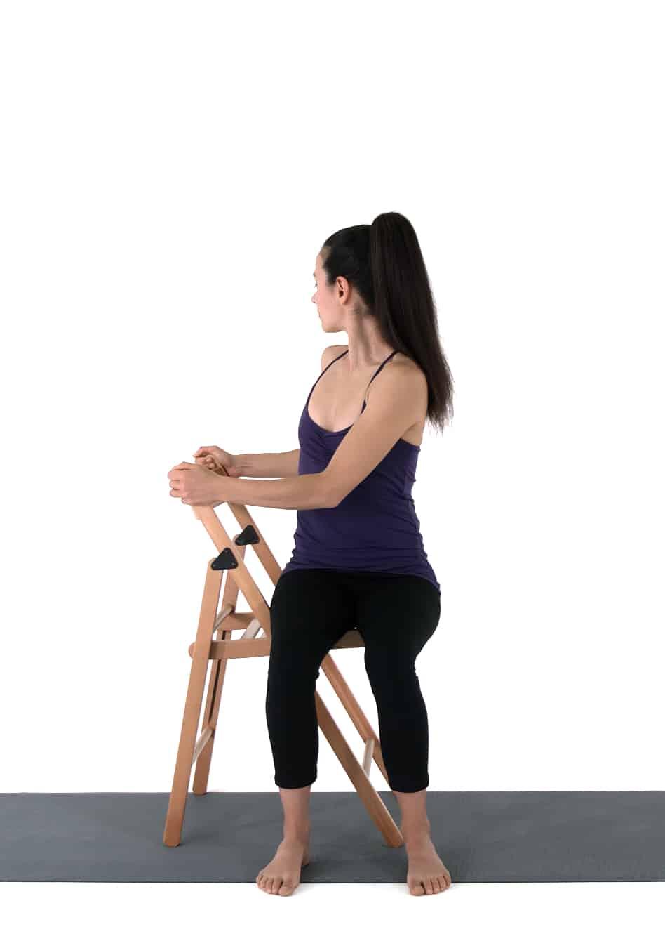 Torsion sur chaise pour une séance de yoga