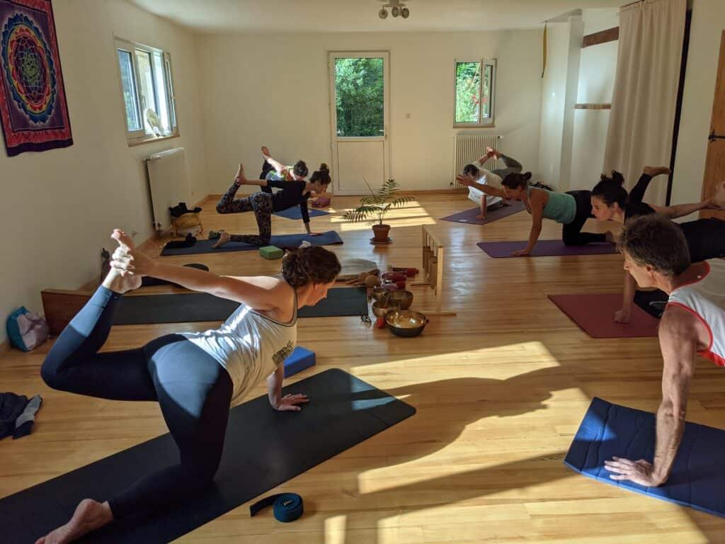 Utthita Dhanurasana posture de retraite yoga au Shala de Lozère
